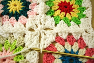 Colorful granny squares quilt | www.1dogwoof.com