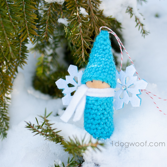 Winter snow gnome, crochet pattern.  www.1dogwoof.com