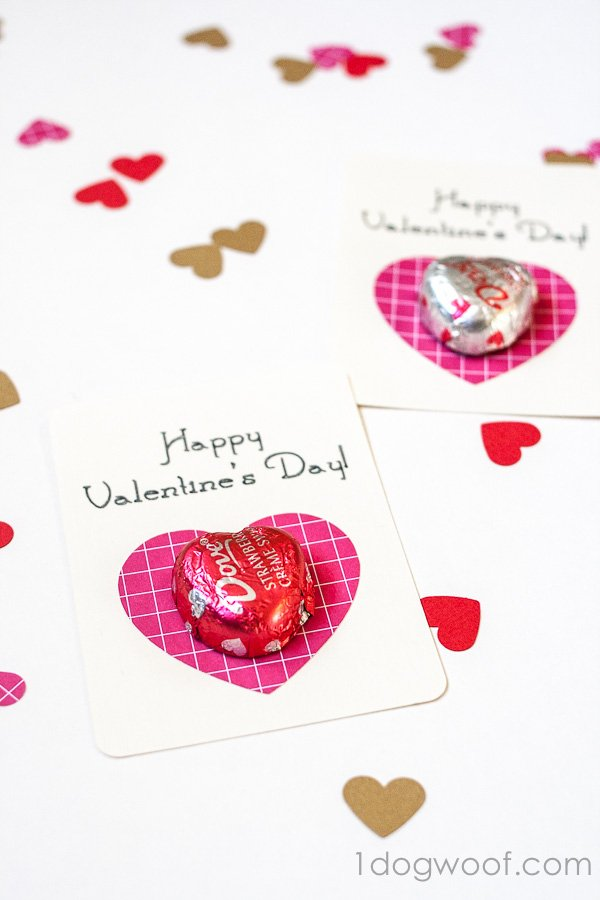 These chocolate heart valentines are great for school or the office, and they're super easy to make! www.1dogwoof.com