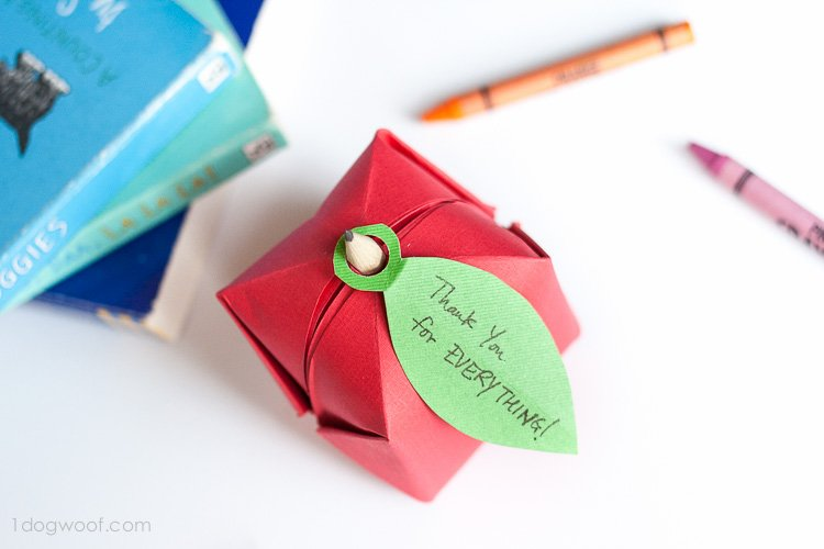 Add a personalized note on this origami apple favor! | www.1dogwoof.com