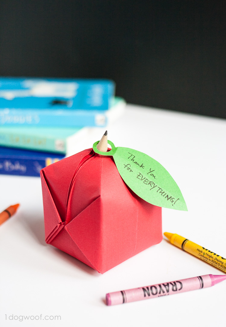 Simple and cute origami apple favor | www.1dogwoof.com