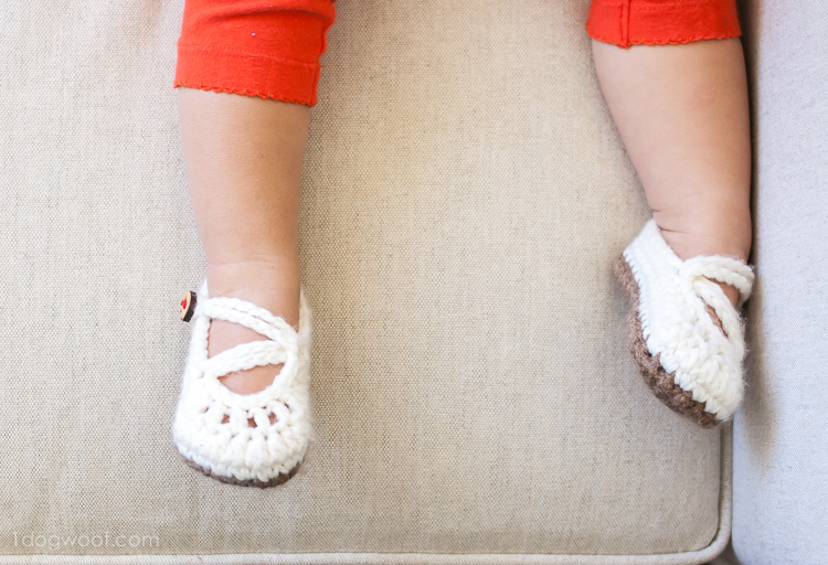 These crochet mary janes are so cute! | www.1dogwoof.com