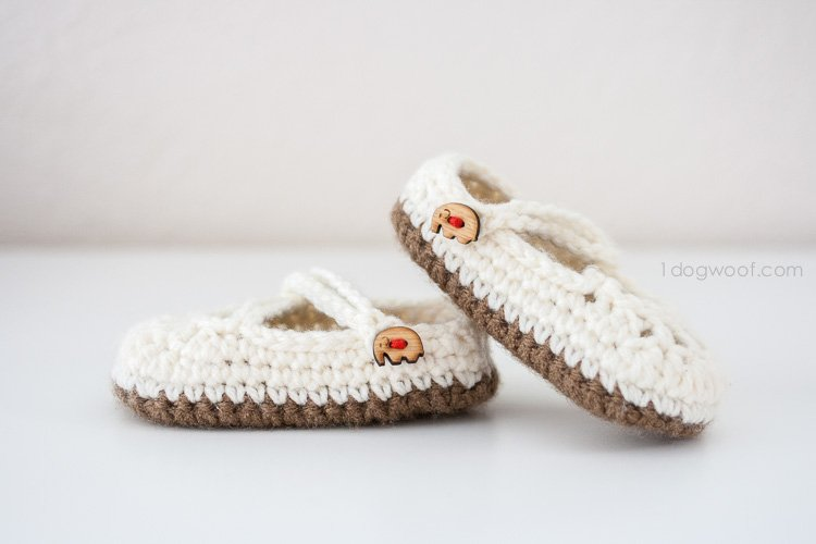 Adorable baby mary janes crochet pattern | www.1dogwoof.com