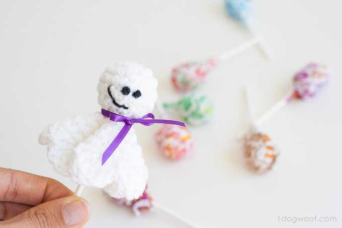 Free crochet pattern for a lollipop ghost | www.1dogwoof.com