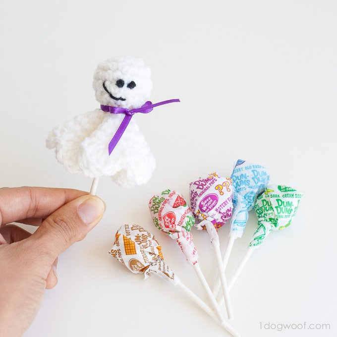 Free crochet pattern for a cute lollipop ghost! | www.1dogwoof.com