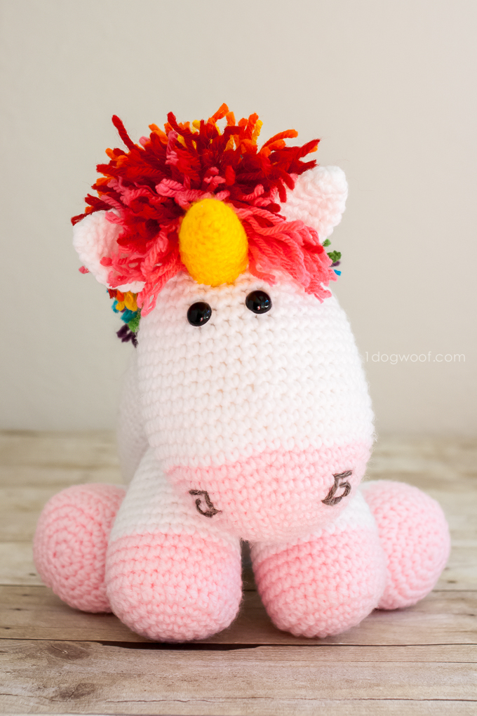 Here's lookin' at you! Free pattern for a crochet unicorn | www.1dogwoof.com