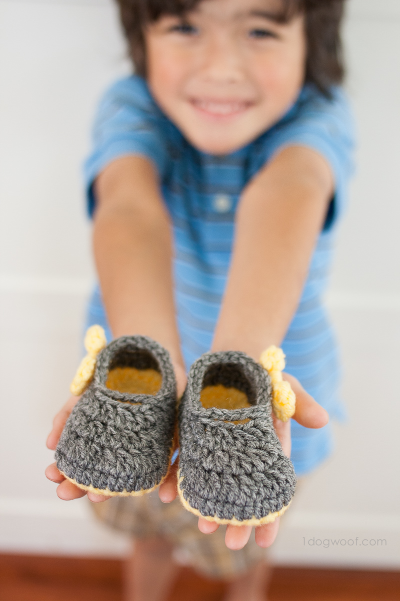 Add simple bows to decorate these cutie patootie Piper Jane crochet baby shoes. | www.1dogwoof.com