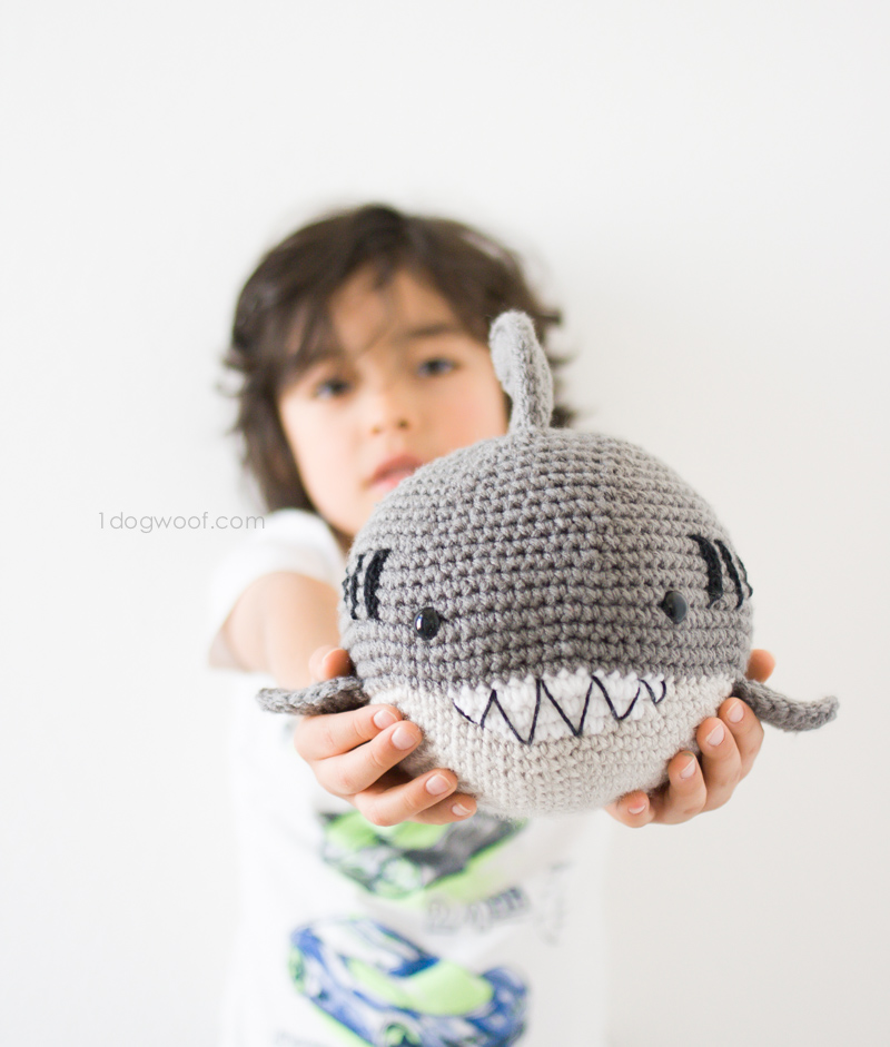 Ami Little Creature: Baby Shark doo doo... - FREE PATTERN & TUTORIAL | 941x800