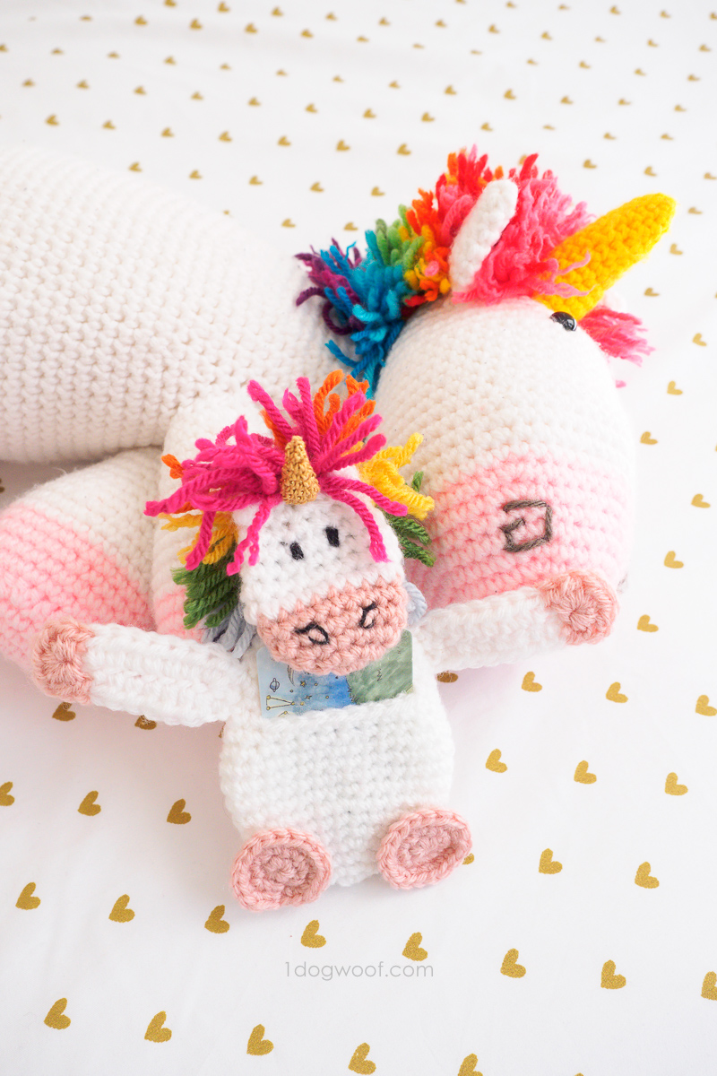 Crochet a unicorn gift card holder to go with a Rainbow Unicorn!