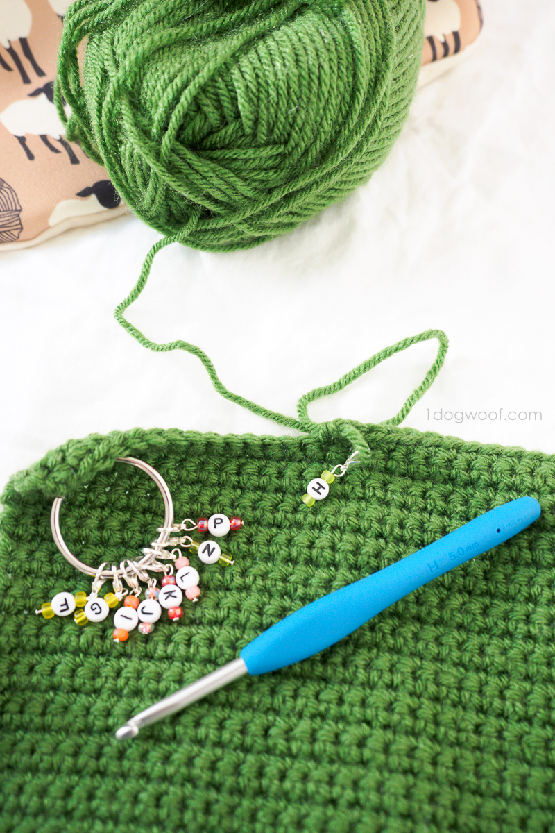 crochet size markers with crochet hook vertical