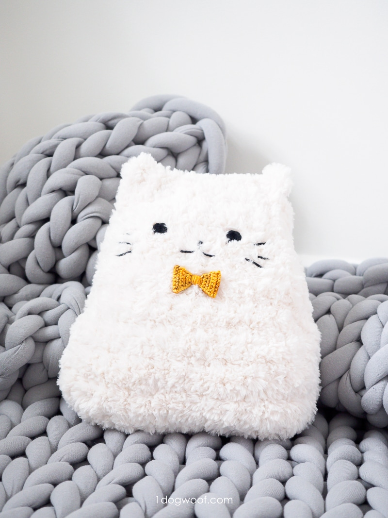 dapper cat cuddler on chunky yarn blanket